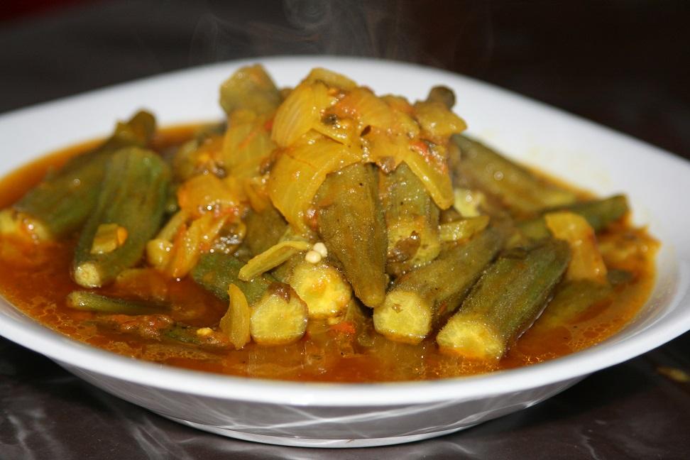 Salade d'entrée de gombos (Mlokhia)