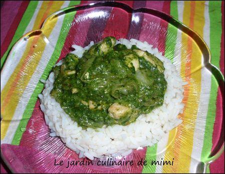 Poulet aux épinards sur un lit de riz