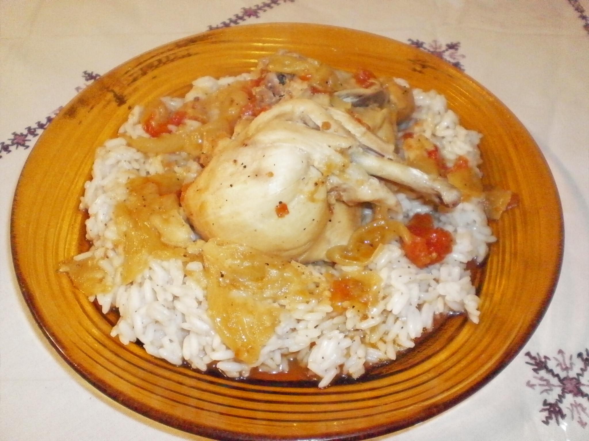Plat de poulet sur un lit de riz arrosé