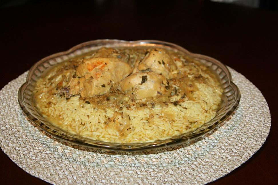 Poulet au riz trempé dans une sauce orientale à l'oignon