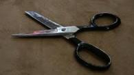 Voici un truc facile pour rendre vos ciseaux tranchants. Prenez vos ciseaux et essayez de couper le col d'une bouteille en verre. Vos ciseaux deviendront comme neufs. (photo : atlantico.fr)