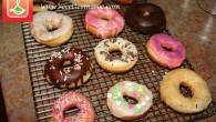De délicieux petits beignes ou 'donuts' frits à l'huile. Vous pouvez les décorer de ce que vous voulez, j'ai fait un glaçage de base à la vanille, un autre au […]